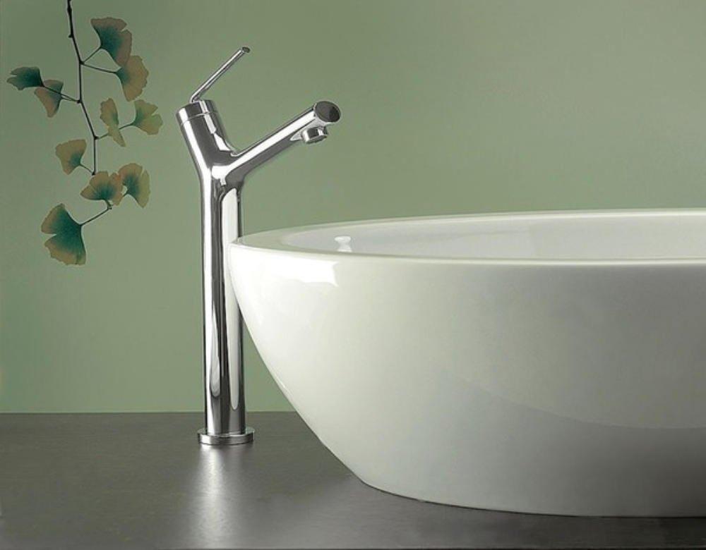 lavabo con rubinetto e parete decorata