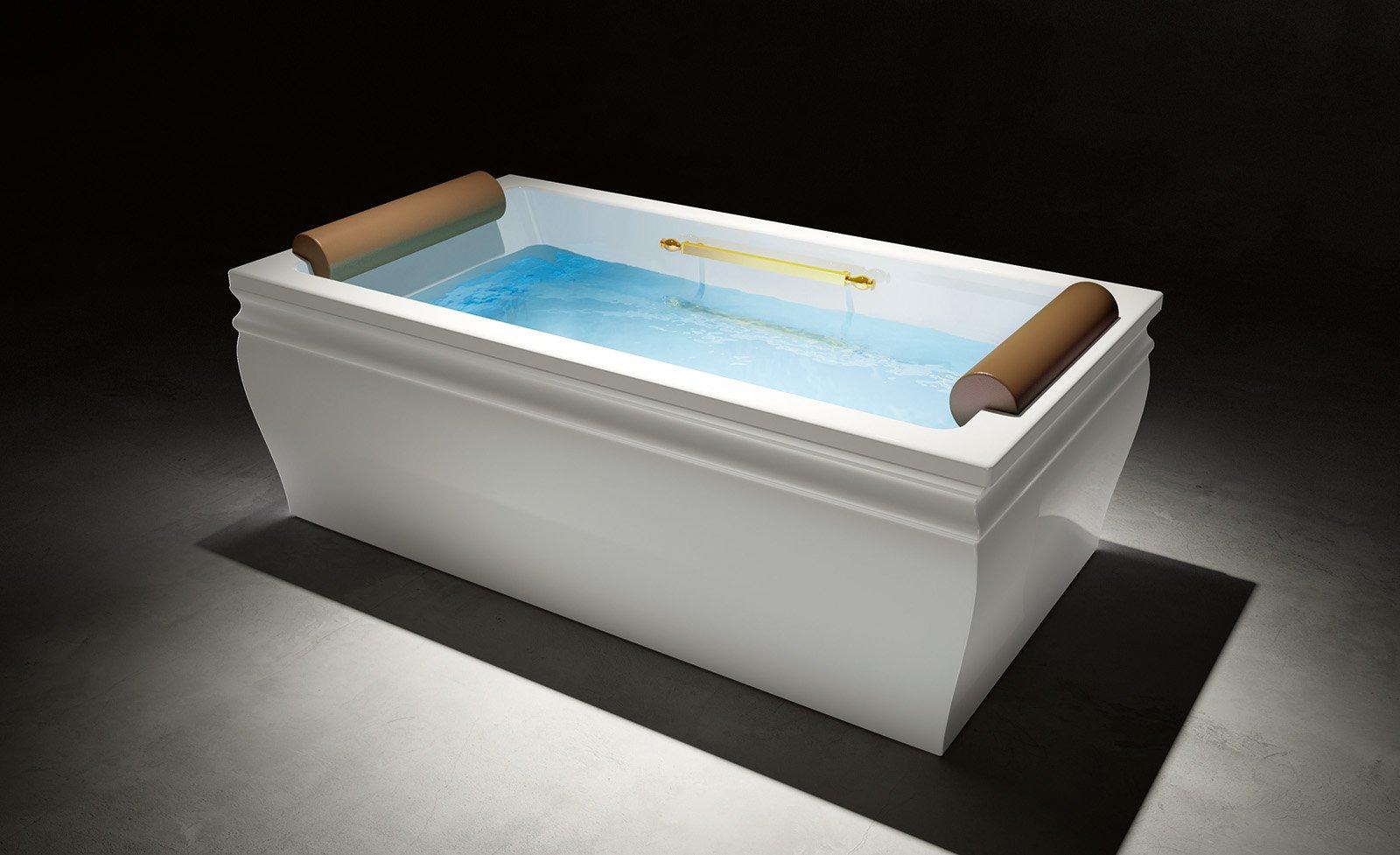 vasca da bagno con acqua azzurro