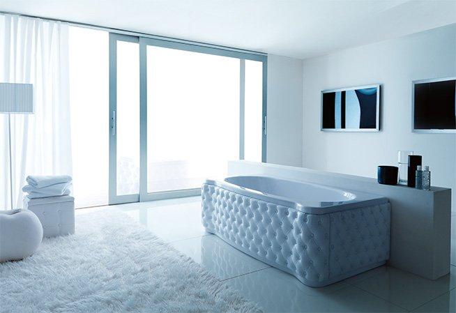 vista interna di una grande bagno moderno con vasca da bagno