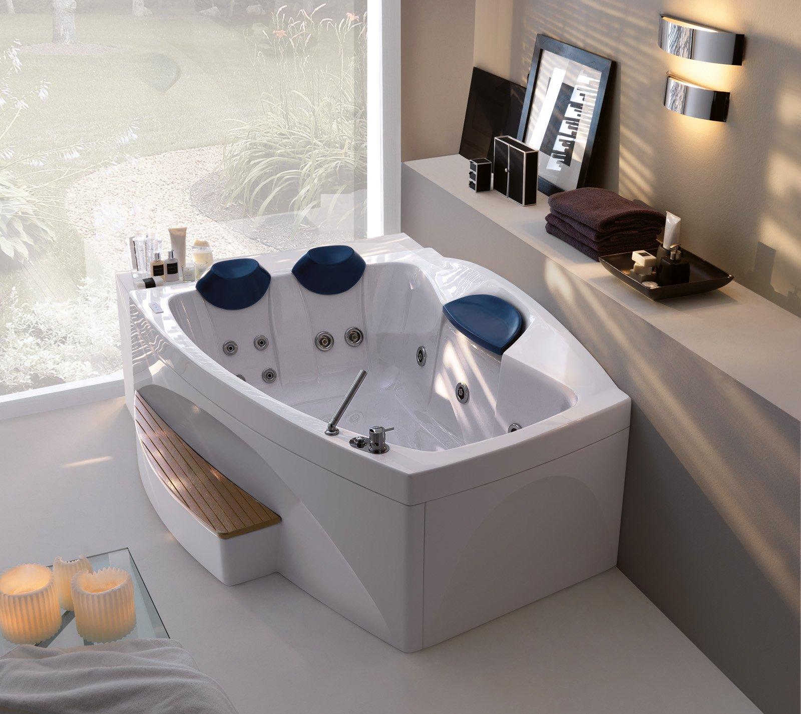 vasca con arredo bagno ed accessori