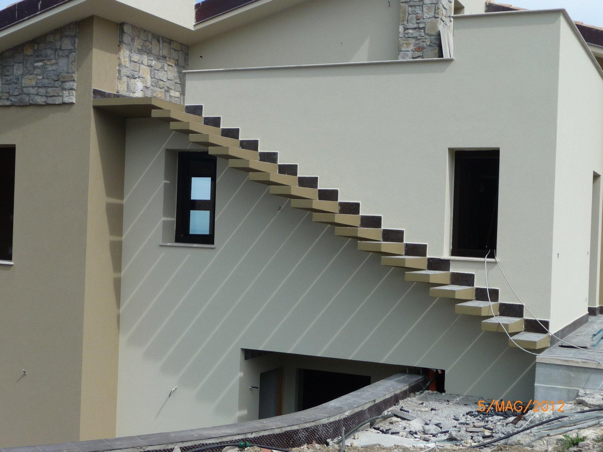 Casa con delle scale di nuova costruzione