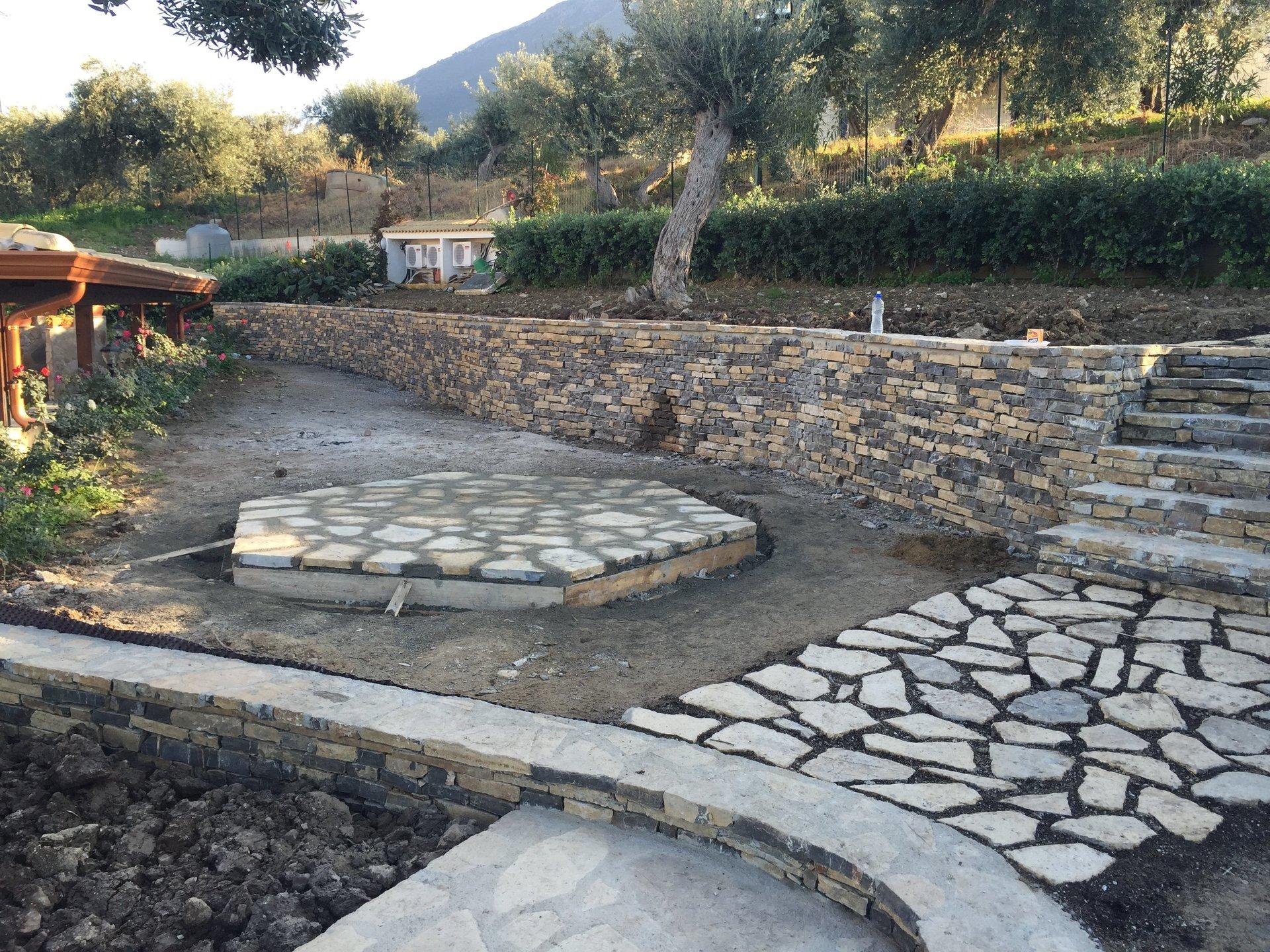 Pavimentazioni da giardino e muro in pietra