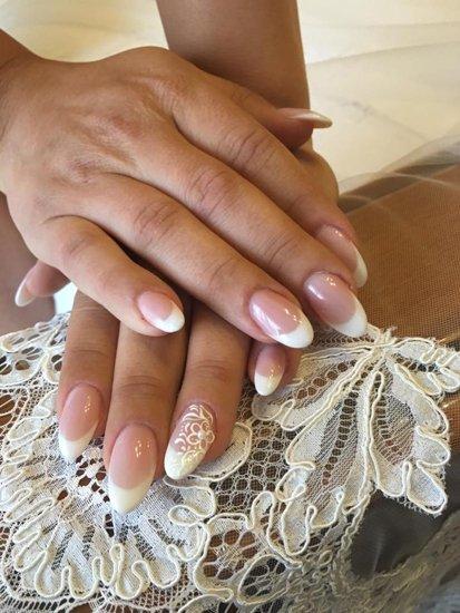 mani con unghie arrotondate trasparenti