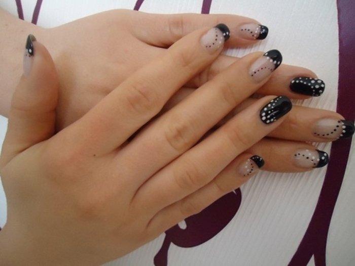 unghie bianche con disegni neri e brillantini