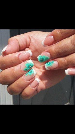 unghie quadrate con disgegni di fiori azzurri