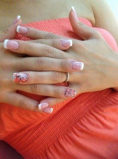 unghie dopo una manicure con disegni di fiori nell alluce