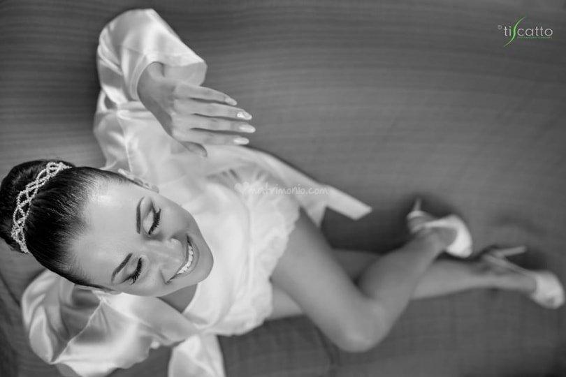 foto in bianco e nera di una ragazza in camicia da notte