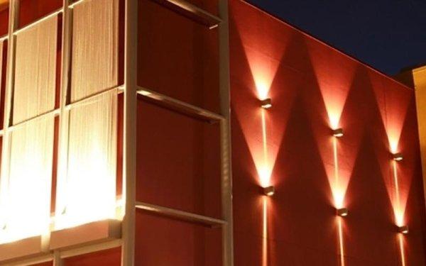 installazione esterna illuminata