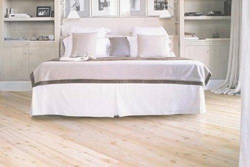 Una camera da letto con parquet