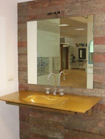 vista di un bagno con lavabo e specchio