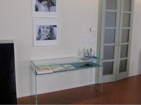 vista di parete con mensola in vetro