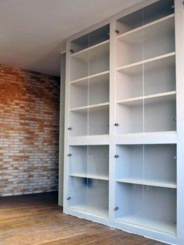 armadio bianco con scaffali
