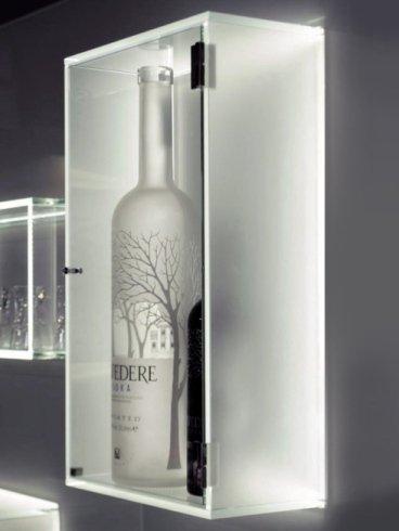 bottiglia dentro una vetrina in vetro