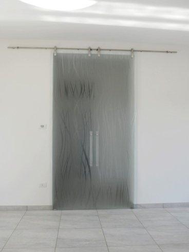 vista di una porta sabbiata