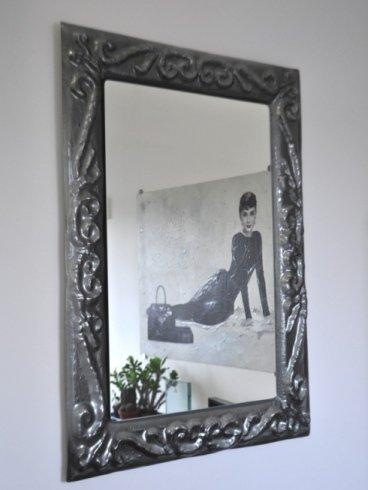 poster di Audrey Hepburn visibile attraverso uno specchio