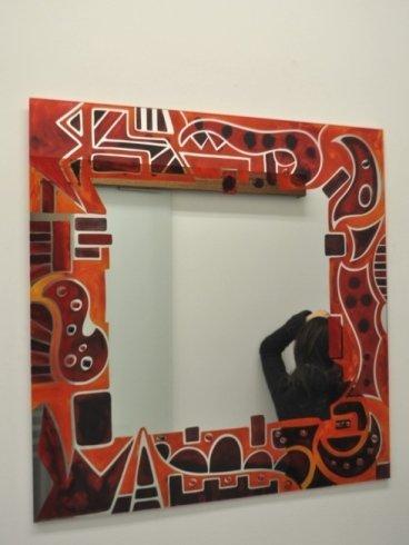 cornice dipinta di rosso con raffigurazioni
