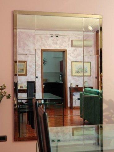 vetrina che visuale di un salotto e porta della cucina