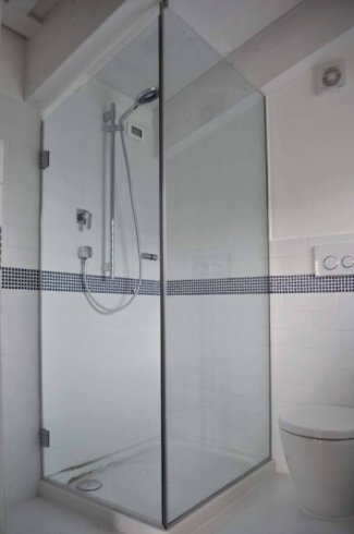 vista angolare di un box doccia