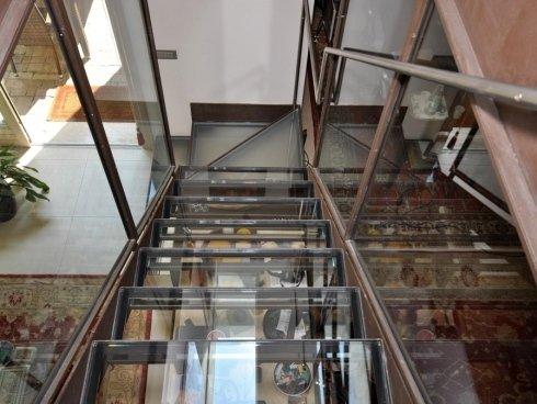 vista frontale di scale in vetro