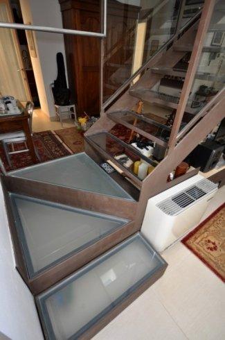 scale in vetro con serramenti in legno