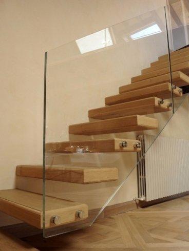 parapetto in vetro con scala in legno