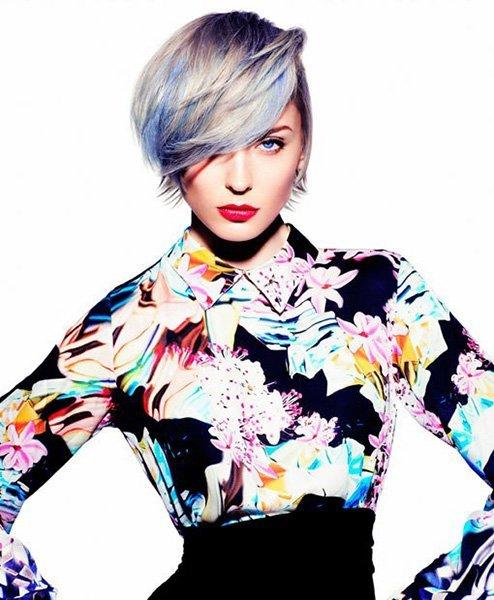 Donna con blusa multicolore e con i capelli biondo chiaro con riflessi blu