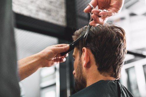 Chiudendo il pelo a un giovane visto dall'indietro