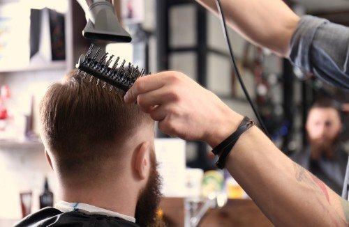 Asciugando i capelli con un asciugacapelli