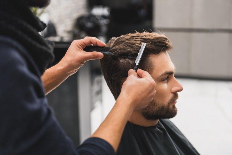 Uomo si fa tagliare i capelli