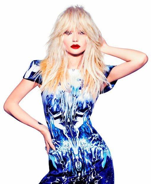 Donna bionda con vestito blu