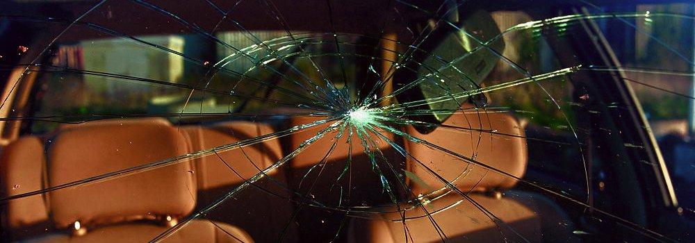 Car in need of windscreen repair in Auckland