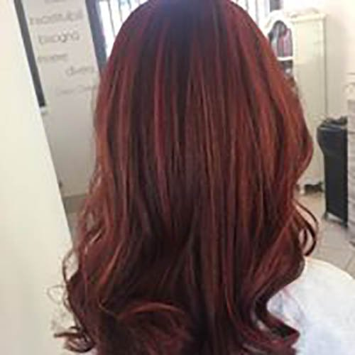 capelli con meches rosse