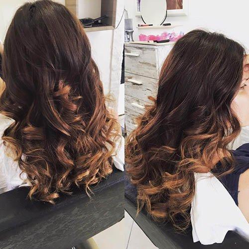 capelli lunghi castani con decolorazione nelle punte