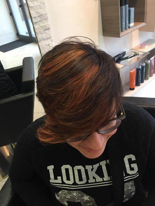taglio corto donna con meches arancioni