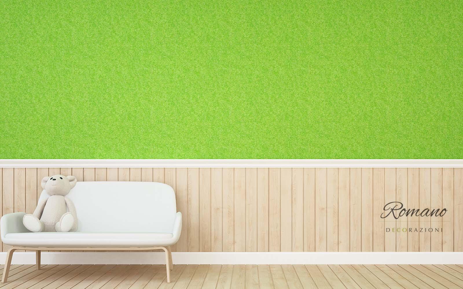 Parete di colore verde lima,  parte inferiore di lamelle di legno chiaro, sofà bianco,  orsacchiotto