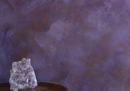 Parete di colore violetta marmorizzata , tavola con un quarzo dello stesso colore