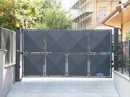 vista da lontano di un cancello in ferro a 8 quadrati
