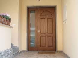 una porta in legno con accanto un vetro lungo visti da lontano