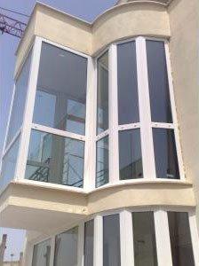 vista di alcune vetrate di una costruzione