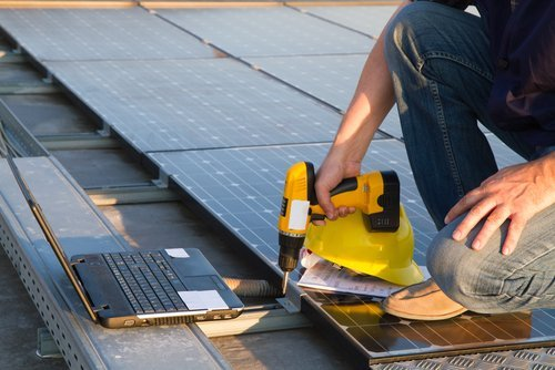 tecnico operando su pannello solare