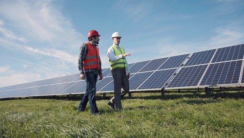 tecnici controllando pannelli solari