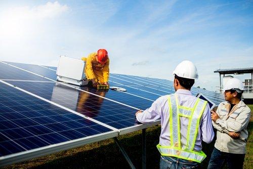 tecnici installando pannelli solari