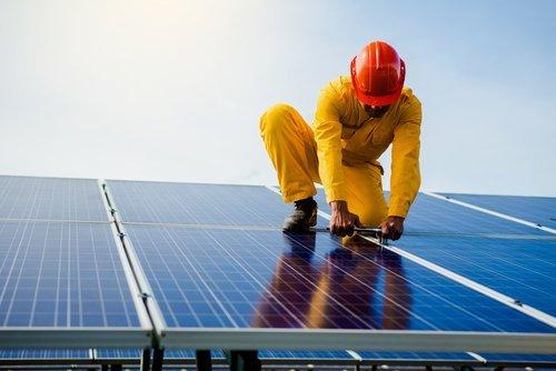 tecnico sistemando pannello solare