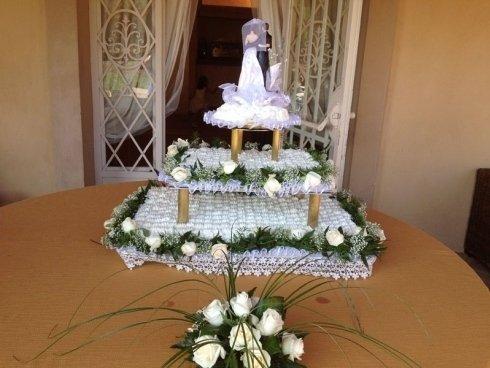 torta con decorazioni floreali
