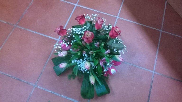 mazzo di fiori sul pavimento