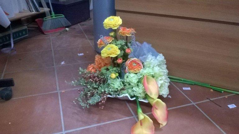 mazzo di fiori sul pavimento colorati