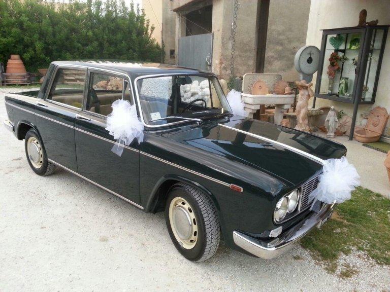 mazzo di fiori su macchina d epoca per matrimonio