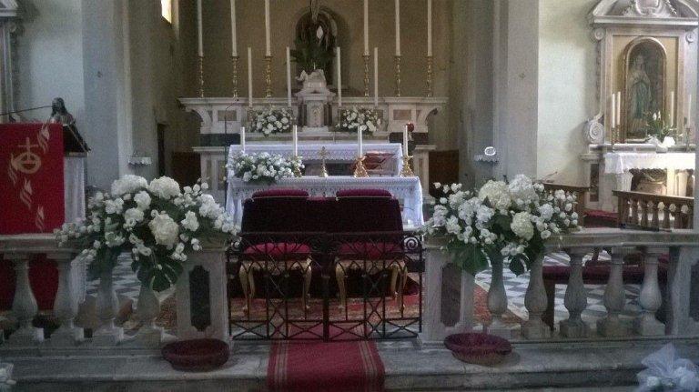 chiesa addobbata con fiori per un  matrimonio
