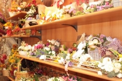 scaffale con fiori e oggetti