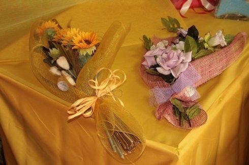 mazzi di fiori colorati sul tavolo